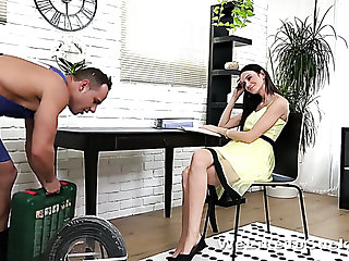 Spoiled Czech nympho Eveline Neill lures aroused technician be useful to random sex