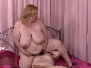 Attracting matured lady is makeing dude cum