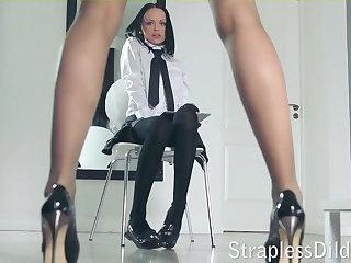 A long legged cram gets feeldoe throb
